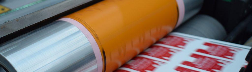 Etiketten Herstellung im Flexodruck. Moderne Klischeezylinder für einen hochauflösendes Druckergebnis.