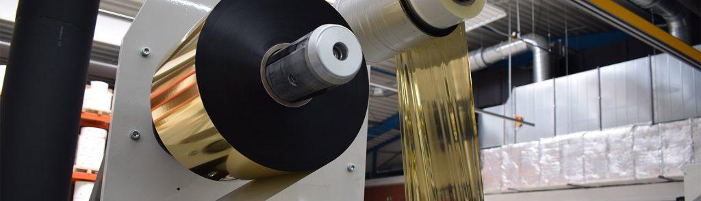 Etiketten mit Prägung. Wir zeigen eine Goldprägung bei Etiketten in Produktion.