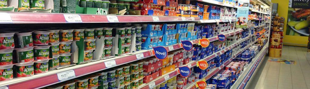 Etiketten für Lebensmittel im Kühlregal. Wir zeigen Etiketten von Joghurt, Fleisch, Käse und andren Lebensmittel.