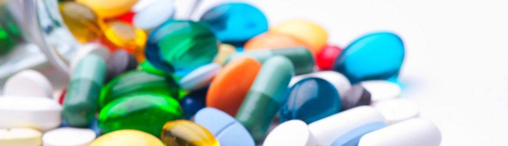 Etiketten für Nahrungsergänzungsmittel. Es werden verschiedene Tabletten-Beispiele gezeigt.